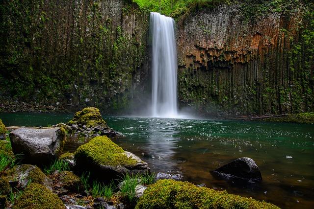 waterfall-1031724_640
